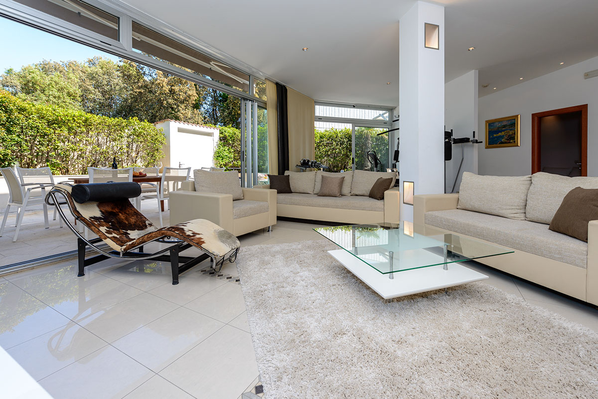 Superior Three Bedroom Apartment With Hot Tub, Patio And Sea View