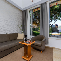 Two-level studio with patio and sea view (15)